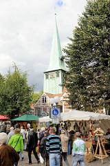 Bilder aus dem Hamburger Stadtteil Bergedorf - Herbstmarkt vor der St. Petri und Paul Kirche am Sachsentor. Stände mit Herbstdekorationen sind aufgebaut - im Hintergrund der Kirchturm der Bergedorfer Kirche.