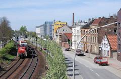 Güterverkehr - Güterzug mit Containern durch Harburg - Historische Häuser am Karnapp.