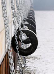 Grosse Fender an Eisenketten an der neu eingeweihten Kaimauer am HHLA Containerterminal Burchardkai in Hamburg Waltershof.