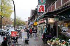 Geschäfte und Passanten am Saseler Marktplatz.