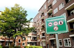 Verbotsschild auf einem Kinderspielplatz im Hinterhof - Klinkergebäude mit Balkonen - Bilder aus dem Stadtein Hamburg Wandsbek; Walddörferstrasse.