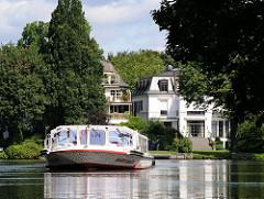 Kanalrundfahrt durch die Hamburger Kanäle - Fahrgastboot auf einem Winterhuder Kanal.