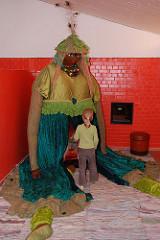 Hamburger Kindermuseum - Achtern Born Hamburg Osdorf - ein Mädchen betrachtet eine Figur.