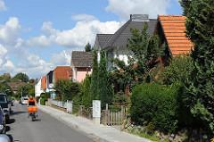 Wohnhauser und Stadtvillen im Hamburger Stadtteil Rahlstedt / Weddinger Weg.