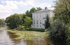 Historische Villa am Feenteich - Seerose auf dem Teich, Gästehaus des Hamburger Senats an der Schönen Aussicht - erbaut 1868, Architekt Martin Haller.