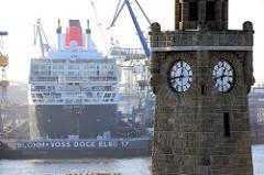 Uhrenturm / Pegelturm der St. Pauli Landungsbrücken - Dock Elbe 17, Hamburger Werft Blohm + Voss, Queen Mary 2 eingedockt.