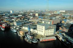 Luftaufnahme Harburger Binnenhafen - Schlossinsel; Boote liegen am Lotsekai. In der Bildmitte das Gebäude vom Harburger Schloss, rechts davon das Betriebsgelände der Firma Andeas Hansen mit Speicher. (2006)