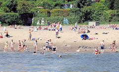 Sommer in der Hansestadt Hamburg - schönes Wetter; Badene Menschen in der Elbe - Sandstrand am Wasser - Impressionen aus dem Hamburger STadtteil Othmarschen.