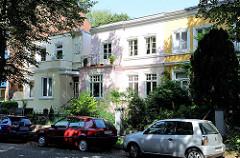 Einstöckige Stadtvillen mit farbiger Fassade - Wohnhäuser in Hamburg Barmbek Nord.