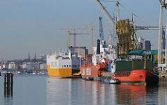 Schiffe im Hamburger Hafen / Oswaldkai - Stadtteil Hamburg - Kleiner Grasbrook.