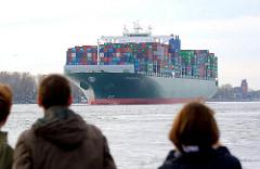 Das Containerschiff THALASSA HELLAS läuft in den Hamburger Hafen ein; das 2013 gebaute Frachtschiff hat eine Länge von 368 m und kann 13808 Standardcontainer TEU transportieren.