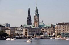 Alsterschiffe auf der Binnenalster - Hamburg Panorama mit den beiden Türmen des Hamburger Rathauses und der Nikolaikirche.