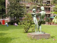 Skulpturen Bronzeskulpturen Tanzende Mädchen - Wiese in Hamburg Dulsberg.