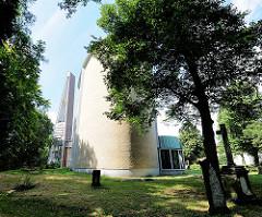 Rückansicht der Dreifaltigkeitskirche Hamburg Hamm; erbaut 1956/57; Entwurd Reinhard Riemerschmid.