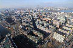 Hamburger Luftaufnahme der Altstadt, Kontorhausviertel - Kontorhäuser, Kirchen von Hamburg Rathaus und Binnenalster.