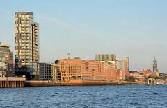 Elbufer von der Altstadt Hamburg Altona - Hochhaus und moderne Bürogebäude am Holzhafen der Grossen Elbstrasse.