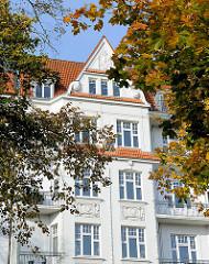 Etagenhaus im Gründerzeitstil - Stuckdekor an der Hausfassade, Herbstblätter.