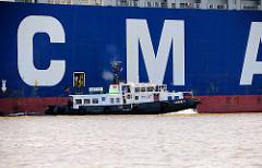 Zugang in der Bordwand des Containerriesen für den Lotsen - das Lotsenschiff legt ab.