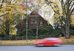 Ländliches Wohnhaus am Poppenbuettler  Weg - schnell fahrendes Auto.