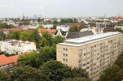 Blick auf eines der Grindelhochhäuser und Wohnhäuser in Hamburg Harvestehude.