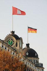 Hamburg Fahne Deutschland Fahne Störtebekerhaus in der  Suederstrasse - Dach mit Kuppel Stoertebeker Haus.