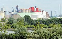 Blick von Hamburg Altenwerder über die Süderelbe zum Stadtteil Wilhelmsburg - Bilder von Hamburger Industriearchitektur - Gebäude an der Rethe + dem Reiherstieghafen.