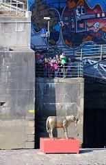 Schulklasse beim Anleger Argentinienbrücke - Goldenes Kalb auf einem alten Brückenpfeiler - Skulptur der Künstlerin Elisabeth Richnow.