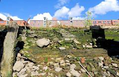 Alte Kaimauer - eingebrochene Ziegelmauer und Steine im Magedburger Hafen - Hafencity Hamburg (2007).