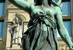 Innenhof des Hamburger Rathauses - Details Skulptur an der Rathausfassade - Figur des Hygieia-Brunnen; Hygieea, Allegorie der GEsundheit tritt auf einen Drachen , der für die Choleraepedemie von 1892 steht.