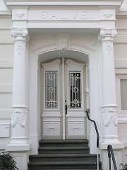 Hochherrschaftliche Villa - Eingang mit weissen Säulen  - Dekortür im Lokstedter Steindamm - Hamburger Wohngebiete