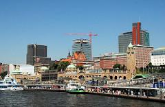 St. Pauli Landungsbrücken - Schiffsanleger; moderne Bürogebäude im Bau, Architektur der Vorkriegszeit (2007)