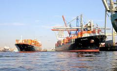 Liegeplätze für Containerschiffe am Athabaskakai des HHLA Container Terminals Burchardkai - der Frachter TORONTO EXPRESS legt gerade mit Unterstützung von Schleppern an.