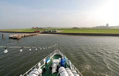 Schiffsankunft auf Hamburg Neuwerk - Anleger der Insel, der alles überragende Leuchtturm im Hintergrund.