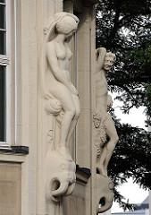 Skulpturen an der Sandsteinfassade des Bieberhauses in Hamburg St. Georg.