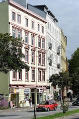 Etagenhäuser im Architekturstil der Gründerzeit - restaurierte Hausfassaden - Wohnhäuser in Hamburg St. Pauli.