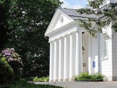 Eingang mit Säulen - Klassizistische Hamburger Architektur - 1794 erbaut; Architekt Christian F. Hansen.