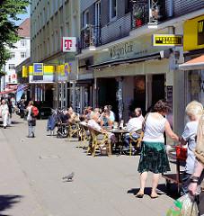 Sommer in Hamburg Barmbek, Aussengastronomie an der Fuhlsbüttler Strasse.