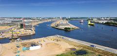 Luftaufnahme vom Baakenhafen und der Baustelle der HafenCity-Universität und der entstehenden Brücke über das Hafenbecken - re. die Norderelbe und die Elbbrücken.