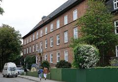 Zweigeschossiger Klinkerbau - ehem. Frauenklinik Altona - eingeweiht 1920.