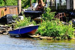 Alter Schiffsliegeplatz in der Billwerder Bucht von Hamburg Rothenburgsort; Reste - Ponton mit Booten, dicht mit Gräsern und jungen Bäumen bewachsen.
