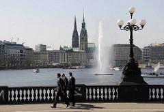Kandelaber auf der Lombardsbrücke - Wasserfontaine auf der Binnenalster - Hamburg Panoram.