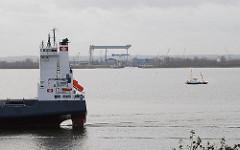 Blick von Hamburg Blankenese zur Klappbrücke und Estesperrwerk - ein Frachter fährt Richtung Hamburger Hafen.