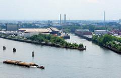Luftaufnahme; Blick über die Norderelbe in den Moldauhafen auf dem Kleinen Grasbrook - lks. der Holthusenkai und Veddelhöft. Bilder aus dem Hafen Hamburgs - ein Schlepper zieht vier Schuten mit Stückgut.