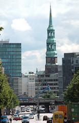 Kirchturm der St. Katharinenkirche - Autoverkehr auf der Hamburger Ludwig Erhard Strasse; Hochbahnbrücke am Rödingsmarkt.