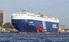 Der RoRo Fracher ORION LEADER läuft aus dem Hamburger Hafen aus und fährt Höhe Hamburg Neumühlen auf der Elbe - eine Hafenfähre passiert das grosse Frachtschiff.
