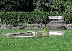 Grünanlagen Hamburg Blankenese Römischer Garten Parkbank Hecke.