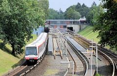 U-Bahnstation Ochsenzoll - ein Zug der Hamburger Hochbahn verlässt die Haltestelle und fährt Richtung Norderstadt. Fotos aus dem Hamburger Stadtteil Langenhorn, Bezirk Hamburg Nord.