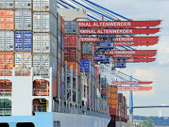 Hoch beladene Containerschiffe unter den Containerkränen des HHLA Container Terminals Altenwerder - im Hintergrund die Köhlbrandbrücke.