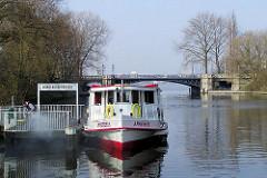 Alsterdampfer Ammersbek am Anleger Mundsburger Brücke. Im Hintergrund die Schwanenwikbrücke über den Mundburger Kanal.