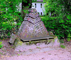 Mit Ziegeln gemauerte Sitzbank am Denkmal Bei Lutherbuche in Hamburg Lokstedt.